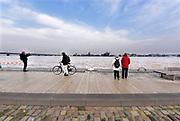 Netherlands, Nijmegen, The Netherlands, 9-1-2018 De Waalkade is afgesloten voor verkeer en het water van de Waal, Rijn, klots tegen en soms over de kaderand. Dagjesmensen en nieuwsgierigen komen al kijken,de coupures tussen de Waalkade en de stad zijn afgesloten. Er is wel al wat schade aan de kade door wegspoelend zand en er ligt al twee weken een binnenvaartschip aangemeerd met motorpech wat ook schade toebrengt aan de pas vernieuwde kade.Foto: Flip Franssen