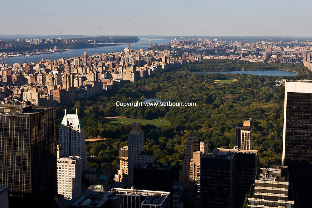 New York. elevated view of Central park .central park south. the lake, in the distance the Hudson river and Washington bridge.  New York, Manhattan - United states / panorama sur central parc et la ligne des buildings de central park south. le lac. au loin le fleuve Hudon et le pont de Washington  Manhattan, New York - Etats unis