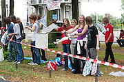 Anna van Soest (met paars shirt) kijkt naar de parade waar de studentenverenigingen van Utrecht zich presenteren aan de nieuwe lichting. Vandaag zijn in Utrecht de introductiedagen, onder de noemer UIT, van start gegaan. Eerstejaars studenten maken onder begeleiding van ouderejaars kennis met elkaar en de stad waar ze gaan studeren.<br /> <br /> Students are watching the parade of the societies during the introduction week of the university. Amongst the new students is Anna van Soest (purple shirt).