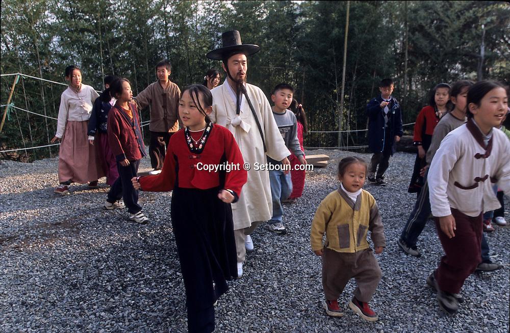 balance game. traditional Confucianist village. the new modern school  Seoul  Korea   jeu traditionnel de balançoire. la nouvelle école toute neuve du village confucianniste de  Chonhakdong  coree  ///R20131/    L0006915  /  R20131  /  P104949