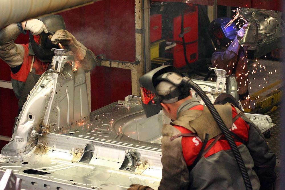 Mlada Boleslav/Tschechische Republik, Tschechien, CZE, 16.03.07: Mitarbeiter beim Schwei&szlig;en von Karosserieteilen eines Skoda Octavia in der Skoda Auto Fabrik in Mlada Boleslav, Tschechische Republik, 16 M&auml;rz 2007. Der tschechische Autohersteller Skoda ist ein Tochterunternehmen der Volkswagen Gruppe. <br /> <br /> Mlada Boleslav/Czech Republic, CZE, 16.03.07: Workers at the Skoda factory welding on Octavia assembly line at Skoda car factory in Mlada Boleslav. Czech car producer Skoda Auto is a subsidiary of the German Volkswagen Group (VAG).