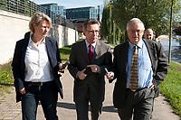 03 SEP 2010, BERLIN/GERMANY:<br /> Birgit Marschall (L), Redakteurin Rheinische Post, Thomas de Maiziere (M), CDU, Bundesinnenminister, und Dr. Gregor Mayntz (R), Redakteur Rheinische Post, Intervirew waehrend einem Spaziergang von der Bundespressekonferenz zum Bundesinnenministerium<br /> IMAGE: 20100903-01-023<br /> KEYWORDS: Thomas de Maizière