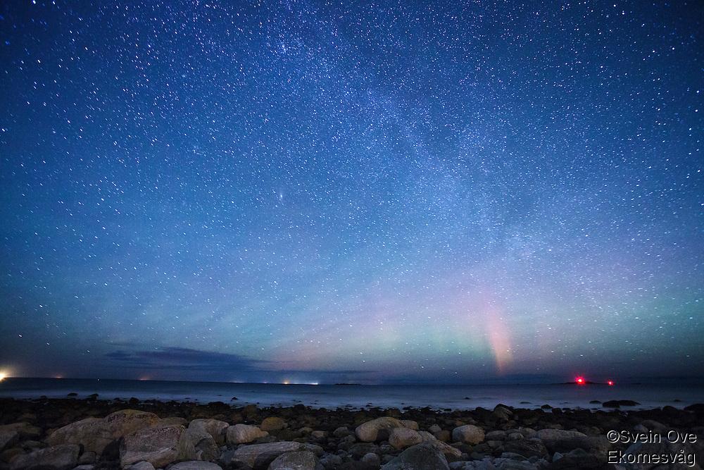 Stjerneklart på Alnes, nordlyset skimtes i horisonten.<br /> Foto: Svein Ove Ekornesvåg