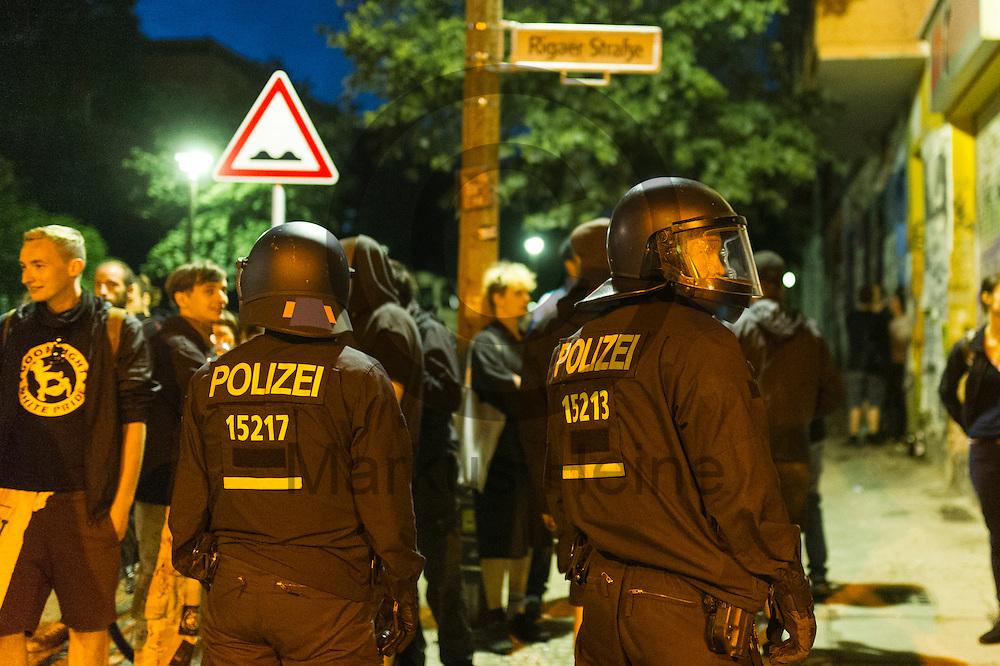 Polizisten sichern nach der Demonstration auf dem Dorfplatz in der Rigaer Stra&szlig;e am 05.07.2016 in Berlin, Deutschland die Kreuzung. Wegen des andauernden Polizeieinsatzes und der Teilr&auml;umung des besetzten Haus in der Rigaer Stra&szlig;e 94 gibt es in der Stra&szlig;e immer wieder Demonstrationen und Aktionen. Foto: Markus Heine / heineimaging<br /> <br /> ------------------------------<br /> <br /> Ver&ouml;ffentlichung nur mit Fotografennennung, sowie gegen Honorar und Belegexemplar.<br /> <br /> Bankverbindung:<br /> IBAN: DE65660908000004437497<br /> BIC CODE: GENODE61BBB<br /> Badische Beamten Bank Karlsruhe<br /> <br /> USt-IdNr: DE291853306<br /> <br /> Please note:<br /> All rights reserved! Don't publish without copyright!<br /> <br /> Stand: 07.2016<br /> <br /> ------------------------------