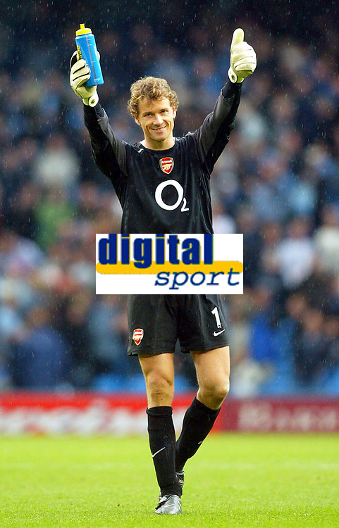 Fotball<br /> Premier League England 2004/2005<br /> Foto: BPI/Digitalsport<br /> NORWAY ONLY<br /> <br /> Manchester City v Arsenal<br /> FA Barclays Premiership. 25/09/2004.<br /> Jens Lehman applauds the travelling Arsenal fans