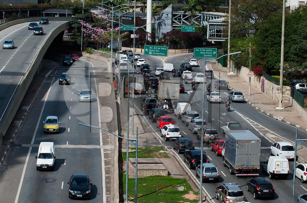 SÃO PAULO-SP-30,09,2014-TRÂNSITO SÃO PAULO-23 DE MAIO/TÚNEL JOÃO PAULO II - O motorista enfrenta  lentidão na Avenida 23 de Maio próximo ao túnel Papa João Paulo II sentido 9 de Julho/23 de Maio.Local:Viaduto do Chá,região central da cidade de São Paulo,na manhã dessa Terça-Feira,30 (Foto:Kevin David/Brazil Photo Press)