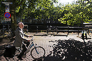 In Utrecht fietst een oudere man over de Bemuurde Weerd op zijn fiets.<br /> <br /> In Utrecht an older man is cycling at the Bemuurde Weerd.