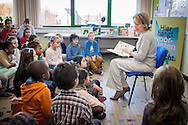 ASSE - Mathilde Queen participates in the Reading Week Everybody Reads non-profit organization, with emphasis on children and young people with reading difficulties. After a reading time with children from the Free Primary School Small World Asse, a roundtable will be organized with authors, experts and volunteers around the theme. During this edition of the Reading Week is also a collaboration of groups Reads association with the Luisterpuntbibliotheek under the Silence Silence Festival in Brussels, focusing on blind children and luisterboeken.ASSE - Belgian Queen Mathilde Tuesday morning visited elementary Small world in Asse. Since reading of King Philip's wife for a class. Mathilde hit an open book in the context of the Reading Week. Organizer Everyone wants to read this week every year to emphasize the importance of reading. Extra attention will be paid this year to children and young people with reading difficulties. After the reading, the Belgian queen sheaf also at a roundtable. There they talked to authors, experts and volunteers to children who have difficulty reading.<br /> Mathilde has been working for years during Reading Week. Last year, she would actually go read in a library in Laren. Because of the terrorist threat, however, was canceled this. Then the queen invited a group of children from getting to the royal palace in Brussels komen.COPYRIGHT ROBIN UTRECHT<br />  <br /> ASSE - Koningin Mathilde neemt deel aan de Voorleesweek van Iedereen Leest vzw, waarbij aandacht wordt besteed aan kinderen en jongeren met leesmoeilijkheden. Na een voorleesmoment met kinderen uit de Vrije Lagere School de Kleine Wereld te Asse, wordt een rondetafelgesprek georganiseerd met auteurs, deskundigen en vrijwilligers rond het thema. Tijdens deze editie van de Voorleesweek is er eveneens een samenwerking van Iedereen Leest vzw met de Luisterpuntbibliotheek in het kader van het Zwijgstilfestival in Brussel, met focus op blinde kinderen en luisterboeken.ASSE – De Belgische koningin Mathi