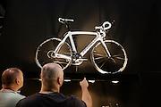 Twee mannen kijken naar een dure racefiets van Pinarello. In de Jaarbeurs in Utrecht wordt de beurs BikeMotion gehouden. De beurs staat geheel in teken van de sportieve fietsen, zoals racefietsen, mountainbikes of toerfietsen. Op de beurs kunnen de liefhebbers de nieuwste modellen en ontwikkelingen zien en er zijn allerlei fiets gerelateerde activiteiten, zoals een mountainbike parcours. Volgens onderzoek stijgt de populariteit van sportfietsen nog steeds, er zouden 815.000 mensen minimaal 12 keer per jaar op de fiets stappen om te sporten. Daarmee staat fietsen op de zesde plaats van meest populaire sporten in Nederland. <br /> <br /> In the Jaarbeurs in Utrecht, the Bike Motion exhibition held. The trade fair is entirely dedicated to the sports bikes, including road, mountain or touring bikes. At the fair, the fans can see the latest models and developments, and there are all kinds of bicycle-related activities, such as a mountain bike trail.