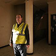 Nacer Belaïd, agent de portage - La ville de Clichy-sous-Bois, en banlieue parisienne a mis en place un système de porteurs pour monter les courses et les poussettes dans les étages de la résidence du Chêne Pointu : depuis des années, les ascenseurs sont en panne - Clichy-sous-Bois, mars 2012