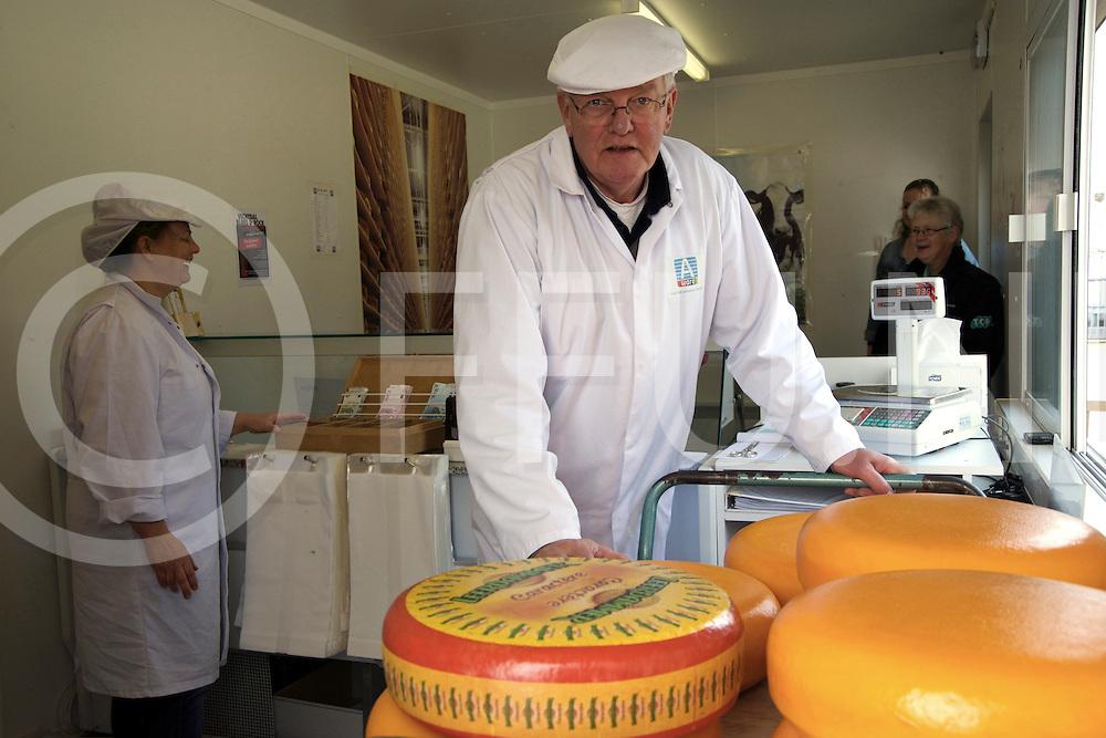 DALFSEN - Wim Damman verdreven door de Russen.<br /> Foto: Wim Damman stopt noodgedwongen na 30 jaar met zijn kaaswinkel.<br /> FFU PRESS AGENCY COPYRIGHT FRANK UIJLENBROEK
