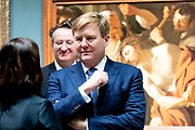 Koning Willem Alexander opent tentoonstelling Utrecht, Caravaggio en Europa in het Centraal Museum, Utrecht<br /> <br /> King Willem Alexander opens exhibition Utrecht, Caravaggio and Europe in the Centraal Museum, Utrecht<br /> <br /> Op de foto / On the photo:  Koning Willem Alexander krijgt een rondleiding door de tentoonstelling / King Willem Alexander gets a tour through the exhibition