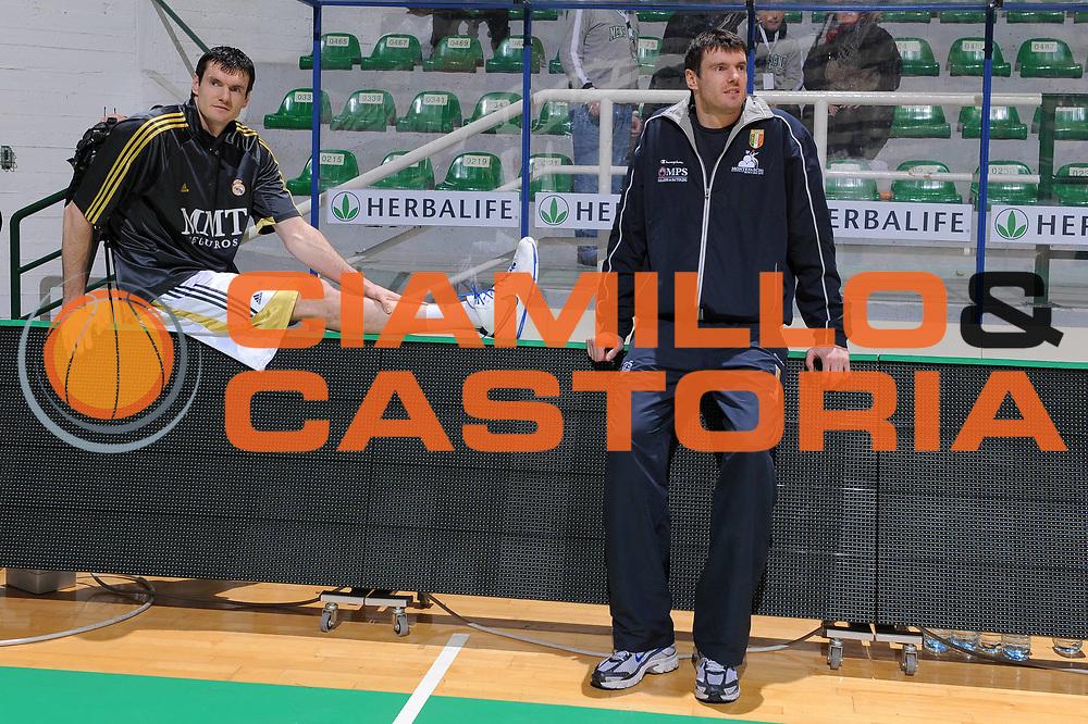 DESCRIZIONE : Siena Eurolega 2009-10 Top 16 Montepaschi Siena Real Madrid<br /> GIOCATORE : Ksistof Lavrinovic Darjus Lavrinovic<br /> SQUADRA : Montepaschi Siena <br /> EVENTO : Eurolega 2009-2010<br /> GARA : Montepaschi Siena Real Madrid<br /> DATA : 11/02/2010 <br /> CATEGORIA : Before Pregame<br /> SPORT : Pallacanestro <br /> AUTORE : Agenzia Ciamillo-Castoria/G.Vannicelli<br /> Galleria : Eurolega 2009-2010 <br /> Fotonotizia : Siena Eurolega 2009-10 Top 16 Montepaschi Siena Real Madrid<br /> Predefinita :