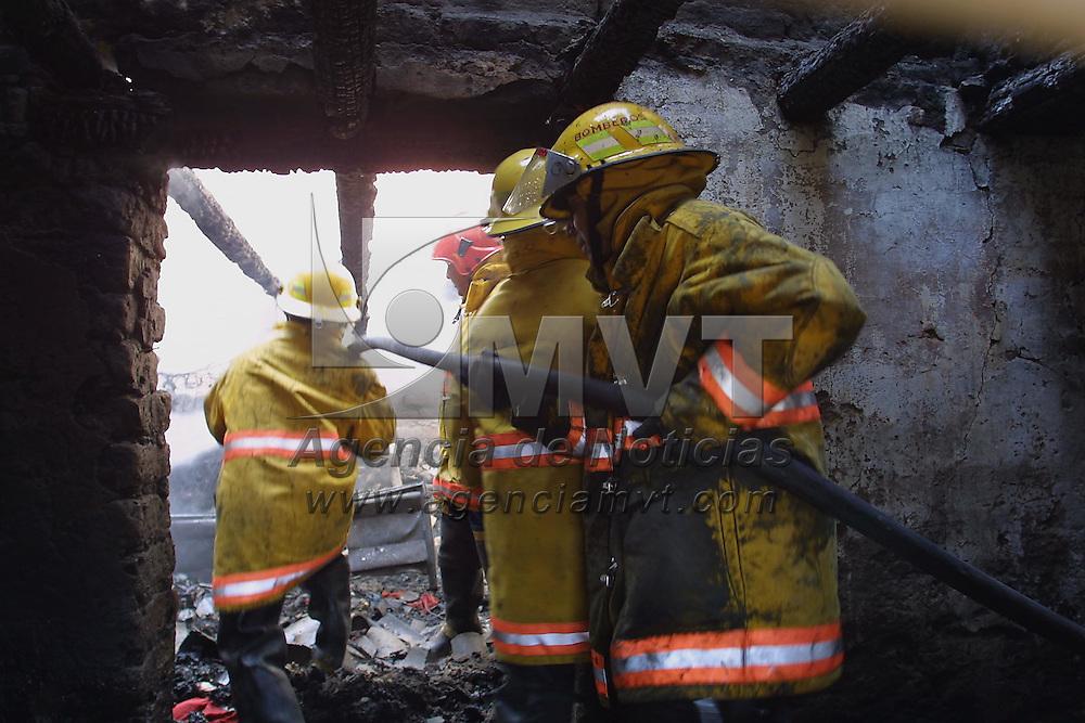 Toluca, M&eacute;x.- Personal de bomberos combaten un incendio en una casa habitacion de la comunidad de Santiaguito municipio de Almoloya de Juarez de donde resultaron 5 personas lesionadas, el siniestro segun informes de los bomberos fue provocado por un corto circuito en un arbol de navidad. Agencia MVT / Mario V&aacute;zquez de la Torre. (DIGITAL)<br /> <br /> NO ARCHIVAR - NO ARCHIVE