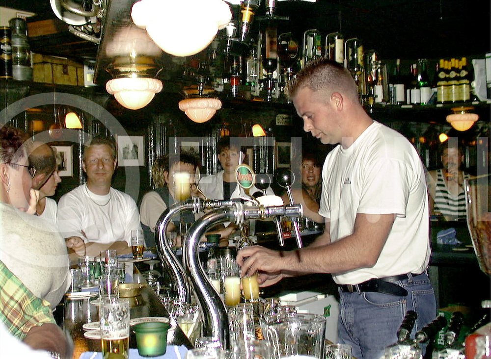 Fotografie Uijlenbroek©1999/Frank Uijlenbroek.990731 hardenberg ned.nacht van hardenberg.opname cafe the ol inn in de voorstraat