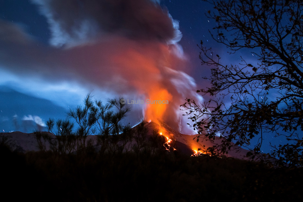 An eruption of the Etna, seen from Milo.
