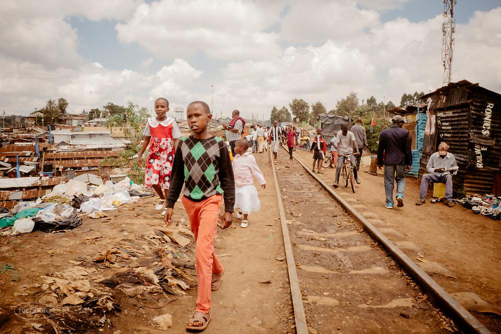 Kenia 2017: Nairobi. La ferrovia per Kibera è la strada principale sullla quale tutti si muovono, lavorano e vivono.