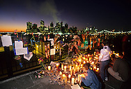 New York. Candlelight ceremony in Brooklyn heights after the terorist attack on world trade center towers in Manhattan  New york  Usa /   ceremonie de deuil sur la promenade de Brooklyn height face au skyline, apres l'attaque terroriste sur les tours du world trade center a Manhattan  New york  USA