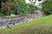 Nederland, Nijmegen, 16-7-2014 Deelnemers aan de 4daagse, vierdaagse, lopen op de tweede dag, de dag van Wijchen, over de voerweg naar de finish op de wedren. Het laatste stuk van het parcours loopt over de Waalkade en door de stad, de Hertogstraat, waar ook de zomerfeesten plaatsvinden. Traditioneel de roze woensdag met als gangmaker entertainer Bennie Solo.The International Four Day Marches Nijmegen is the largest marching event in the world. It is organized every year in Nijmegen mid-July as a means of promoting sport and exercise. Participants walk 30, 40 or 50 kilometers daily, and receive a medal, Vierdaagsekruisje. The maximum paticipants is 45,000 . Foto: Flip Franssen/Hollandse Hoogte