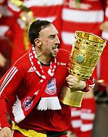 Fotball<br /> Tyskland<br /> 19.04.2008<br /> Foto: Witters/Digitalsport<br /> NORWAY ONLY<br /> <br /> Jubel Franck Ribery FCB mit Pokal, FC Bayern Muenchen DFB Pokalsieger 2008<br /> <br /> DFB-Pokal Finale Borussia Dortmund - FC Bayern München
