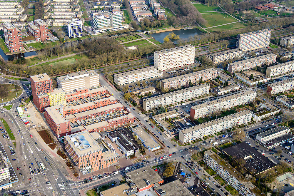 Nederland, Utrecht, Utrecht, 01-04-2016; Kanaleneiland, Kanaleneiland-Zuid. Naoorlogse wijk met veel eentonige semi-hoogbouw (portiekflats).<br /> Flats of the Kanaleneiland, postwar neighborhood with many monotonous semi-highrise flats<br /> <br /> luchtfoto (toeslag op standard tarieven);<br /> aerial photo (additional fee required);<br /> copyright foto/photo Siebe Swart