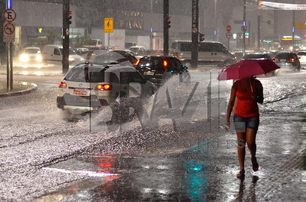 SAO PAULO, SP, 09 DE MARÇO DE 2013 - CHUVA SÃO PAULO - Muita chuva na noite deste sabado (9) na Av. Paulista em São Paulo. FOTO: LEVI BIANCO - BRAZIL PHOTO PRESS.