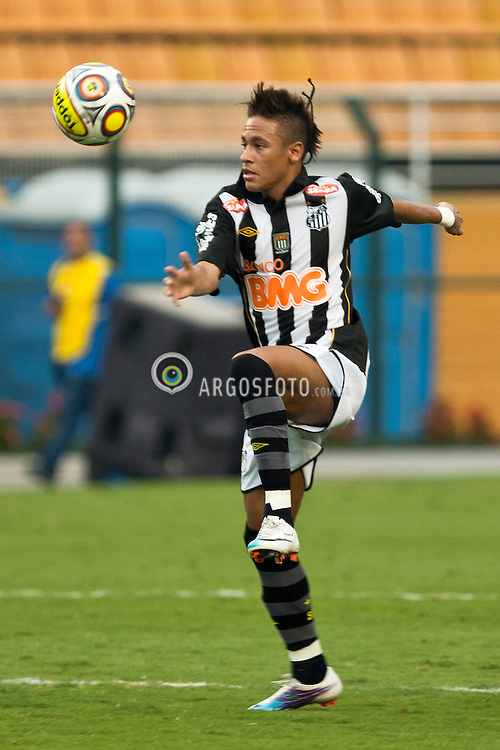 Jogador Neymar durante a partida entre Corinthians e Santos, valida pelo Campeonato Paulista de 2011, realizada no Estadio do Pacaembu./ Neymar player during a game between Corinthians and Santos, validates the Paulista Championship 2011, held at the Estadio Pacaembu.