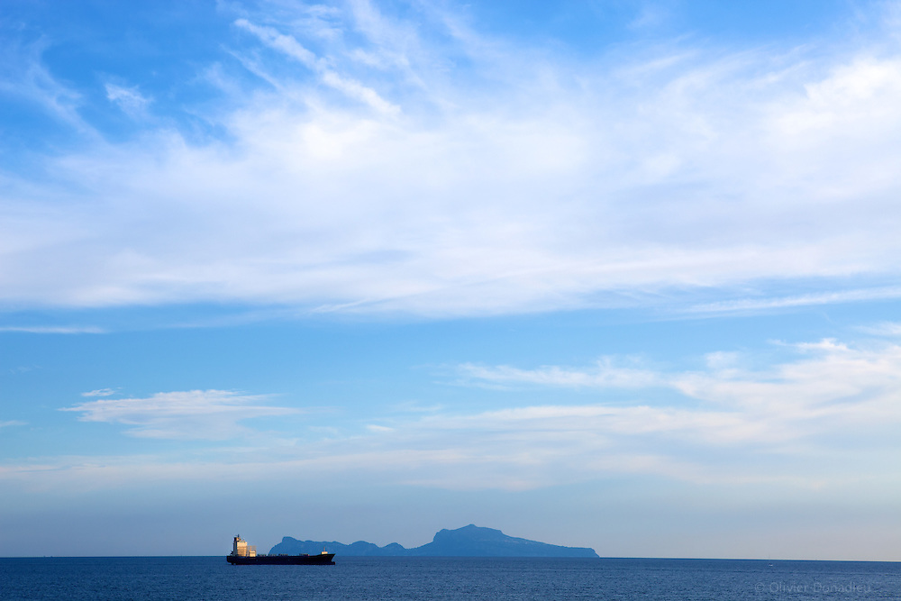 Oil tanker in Naples Bay. Italy. Navire Pétrolier dans la baie de Naples, Italie.