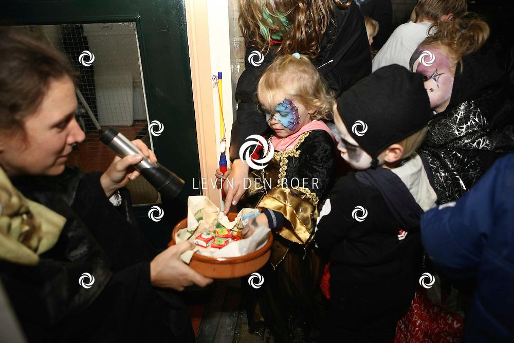HEEREWAARDEN - Vanuit Dorpshuis De Vrijheid vertrok te tocht met alle kinderen langs diversen deuren. Dit i.v.m. Halloween. FOTO LEVIN DEN BOER / PERSFOTO.NU