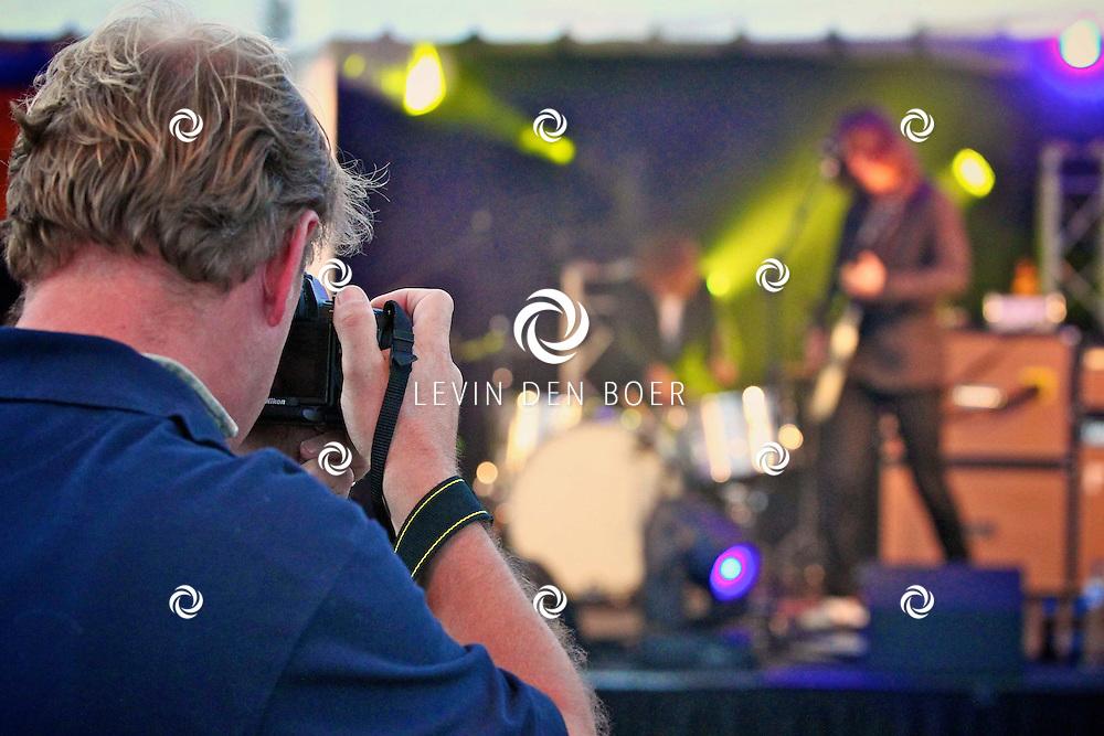KERKDRIEL - Op het 20 jarig bestaan van Paul Meijering Stainless Steel bedrijfsfeest trad de band DeWolff op. Met op de foto leadzanger Pablo van de Poel. FOTO LEVIN DEN BOER - PERSFOTO.NU