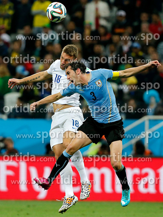 19.06.2014, Arena de Sao Paulo, Sao Paulo, BRA, FIFA WM, Uruguay vs England, Gruppe D, im Bild Uruguay's Diego Godin (front) vies with England's Rickie Lambert // during Group D match between Uruguay and England of the FIFA Worldcup Brasil 2014 at the Arena de Sao Paulo in Sao Paulo, Brazil on 2014/06/19. EXPA Pictures &copy; 2014, PhotoCredit: EXPA/ Photoshot/ ZHOU LEI<br /> <br /> *****ATTENTION - for AUT, SLO, CRO, SRB, BIH, MAZ only*****
