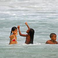 Niños jugando en Playa Grande, Edo. Aragua, Venezuela