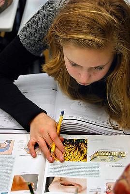 Nederland, Hardenberg, 19-12-2007..VMBO school De Nieuwe Veste. De leerling leest in een biologieboek. ..Foto: Flip Franssen/Hollandse Hoogte