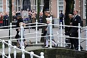 De koninklijke familie en tal van vrienden, bekenden en collega's van prins Friso zijn samengekomen in de Oude Kerk in Delft om de op 12 augustus overleden prins Friso te herdenken. <br /> <br /> The royal family and many friends, acquaintances and colleagues of Prince Friso are in the Old Church in Delft to commemorate the Prince who past away on August 12 2013.<br /> <br /> Op de foto / On the photo:  Prinses Beatrix en Prinses Mabel en Zaria en Luana<br /> Koningin Maxima en koning Willem-Alexander / Princess Beatrix and Princess Mabel and Zaria and Luana<br /> Queen Maxima and King Willem-Alexander