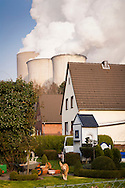DEU, Germany, North Rhine-Westphalia, the brown coal power station Niederaussem near Bergheim, house in the district Auenheim. - <br /> <br /> DEU, Deutschland, Nordrhein-Westfalen, das Braunkohlekraftwerk Niederaussem bei Bergheim, Haus im Stadtteil Auenheim.