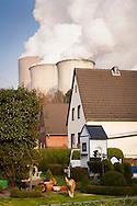 DEU, Germany, North Rhine-Westphalia, the brown coal power station Niederaussem near Bergheim, house in the district Auenheim. - <br /> <br /> DEU, Deutschland, Nordrhein-Westfalen, das Braunkohlekraftwerk Niederaussem bei Bergheim, Haus im Stadtteil Auenheim.