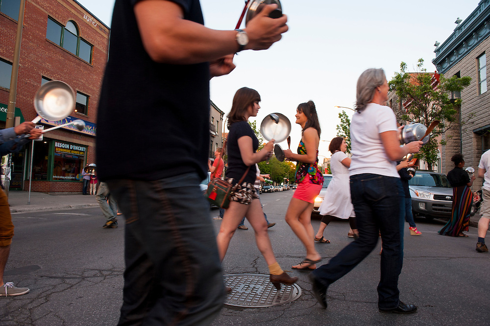 Coin boulevard Saint-Laurent et rue Fairmount plus de 60 personnes se retrouvent chaque soir pour un grand tintamarre en protestation à la loi 78.