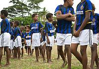 FUSSBALL    FEATURE    SUEDSEE    21.07.2008 Eine Schulmannschaft traegt Trikots von AC Mailand, waehrend der Schulmeisterschaft auf einem Spielfeld ausserhalb von Port Vila, der Hauptstadt von Vanuatu. Jedes Jahr im Juli finden hier Schulmeisterschaften statt, aehnlich der Bundesjugendspiele in Deutschland.