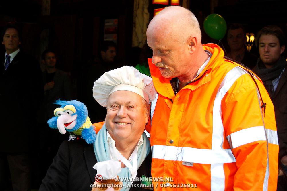 NLD/Amsterdam/20120121 - Filmpremiere The Muppets, Arjan Ederveen met Joop Braakhekke