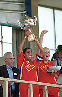 Marte Østlien, Røa og Røa-jentene jubler etter seieren i klasse U. Røa - Klemetsrud 2-0. Norway Cup 2000: Bislett stadion, 5. august 2000. (Foto: Peter Tubaas/Fortuna Media)