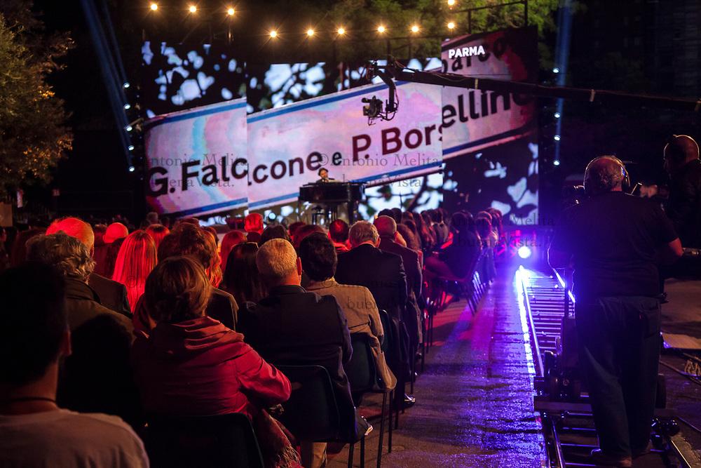 Giuliano Sangiorgi, cantante dei Negramaro, si esibisce in via D'Amelio a Palermo in occasione del 25° anniversario della strage di Capaci.