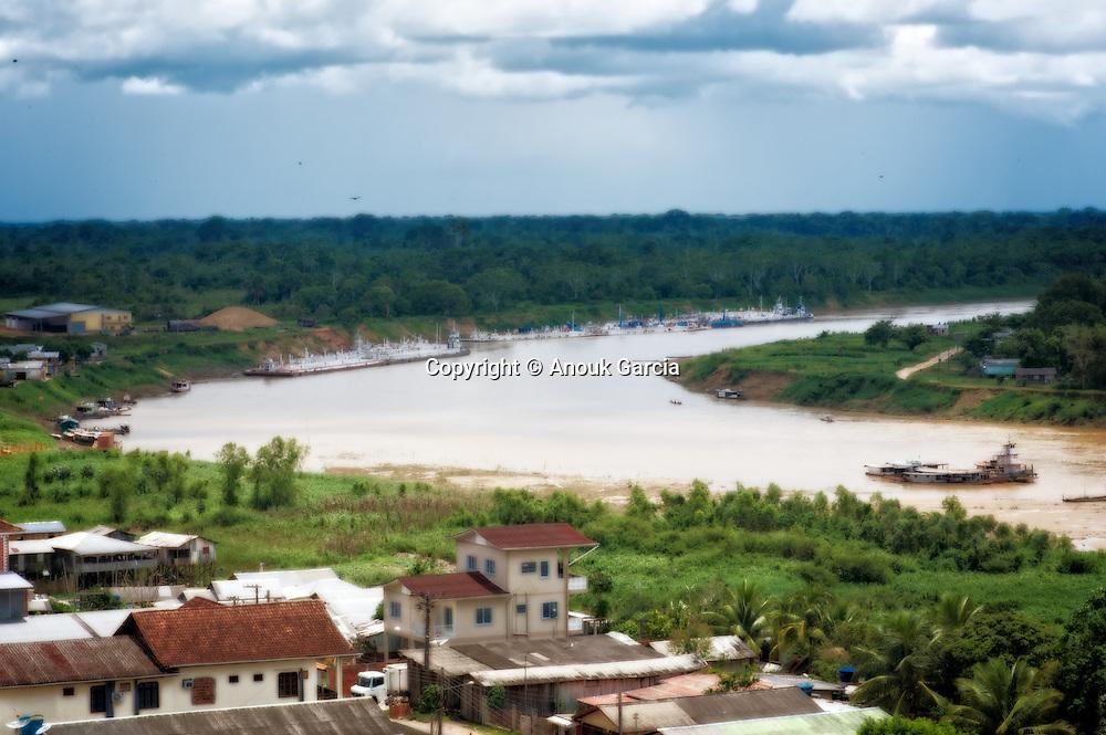 Cruzeiro do sul. A une centaine de kilomètres à vol d'oiseau de son homologue péruvienne Pucallpa a été jusqu'en 2011 isolé du reste du pays pendant la saison des pluie. Rendant impraticable le ruban de latérite qui l'a sépare des 700 kilometre de Rio Branco la capitale de l'état. C'est la ville la plus à l'ouest du Brésil.