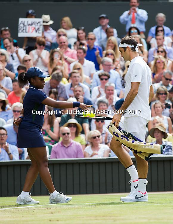 Ballmaedchen legt Baelle auf Schlager von ROGER FEDERER (SUI), Endspiel, Final<br /> <br /> Tennis - Wimbledon 2016 - Grand Slam ITF / ATP / WTA -  AELTC - London -  - Great Britain  - 16 July 2017.