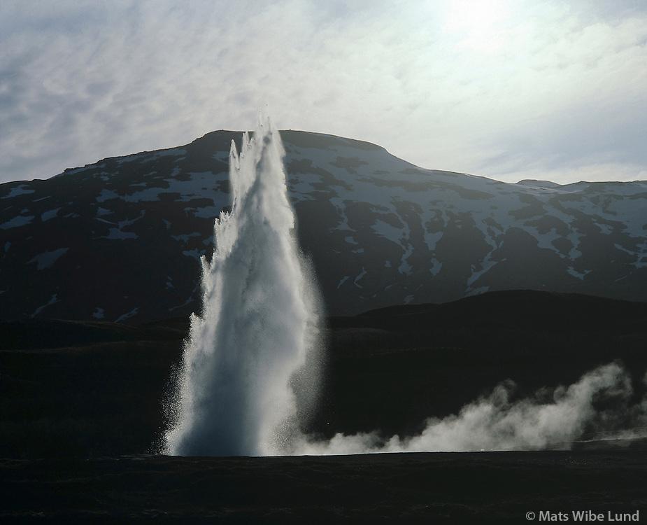 Strokkur séð til vesturs, Haukadalur, Bláskógabyggð áður Biskupstungnahreppur / Strokkur spouting hot spring in Haukadal, Blaskogabyggd former Bisupstungnahreppur