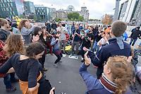 10 OCT 2019, BERLIN/GERMANY:<br /> Demonstranten musizieren und tanzen, Extinction Rebellion (XR), eine globale Umweltbewegung protestiert mit der Blockade von Verkehrsknotenpunkten fuer eine Kehrtwende in der Klimapolitik, im Hintergrund die Kuppel des Reichstagsgebaeudes, Marschallbruecke<br /> IMAGE: 20191010-01-008<br /> KEYWORDS: Demonstration, Demo, Demonstranten, Klima, Klimawandel, climate change, protest, Marschallbrücke, Musik, Tanz