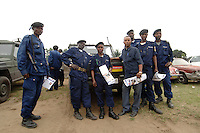 """26 SEP 2006, KINSHASA/CONGO:<br /> Kongolesische Polizisten vor einem Gelaendewagen """"Wolf"""" der Bundeswehr vor einer Polizeistation der Police Nationale Congolaise, Commissariat De Selembao-Sud<br /> IMAGE: 20060926-01-038<br /> KEYWORDS: Kongo, police, policestation, Afrika, Africa"""