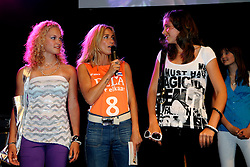 10-05-2008 VOLLEYBAL: DELA MEIDENDAG: APELDOORN<br /> Zo n 1500 meisjes woonden de teampresentatie van het Nederlands vrouwenvolleybalteam bij. De DELA meidendag werd weer een groot succes / Wendy van Dijk en Winners Modellendag catwalk<br /> ©2008-WWW.FOTOHOOGENDOORN.NL