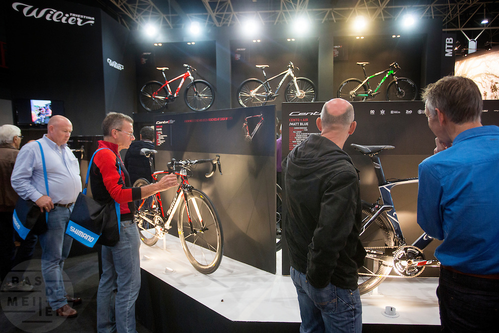 In de Jaarbeurs in Utrecht vindt de beurs BikeMotion plaats. De beurs staat in het teken van de sportieve fiets. De elektrische fiets rukt ook bij de sportieve fietser steeds meer op. Tijdens Bike Motion zijn naast fietsen ook fietsonderdelen en accessoires te zien, zoals kleding. Ondanks de crisis loopt de verkoop van sportieve fietsen, zoals racefietsen en mountainbikes, nog steeds goed.<br /> <br /> In the Jaarbeurs in Utrecht Bike Motion exhibition takes place. The exhibition is dedicated to the sports bike. The electric bike pulls even with the sporting cyclist increasingly. During his Bikemotion addition to bicycles bicycle parts and accessories to see, such as clothing. Despite the crisis, sales of sports bikes, racing bikes and mountain bikes, are still good.