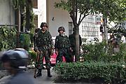 Après la rupture des négociations avec le gouvernment , les soldats de l'amée prennent position thailandaise face à la barricade, à Silom.