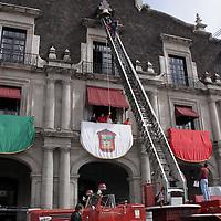 TOLUCA, México.- Bomberos de Toluca  apoyan en los trabajos de prueba de la campana de la independencia ubicada en palacio de gobierno. Agencia MVT / Crisanta Espinosa. (DIGITAL)